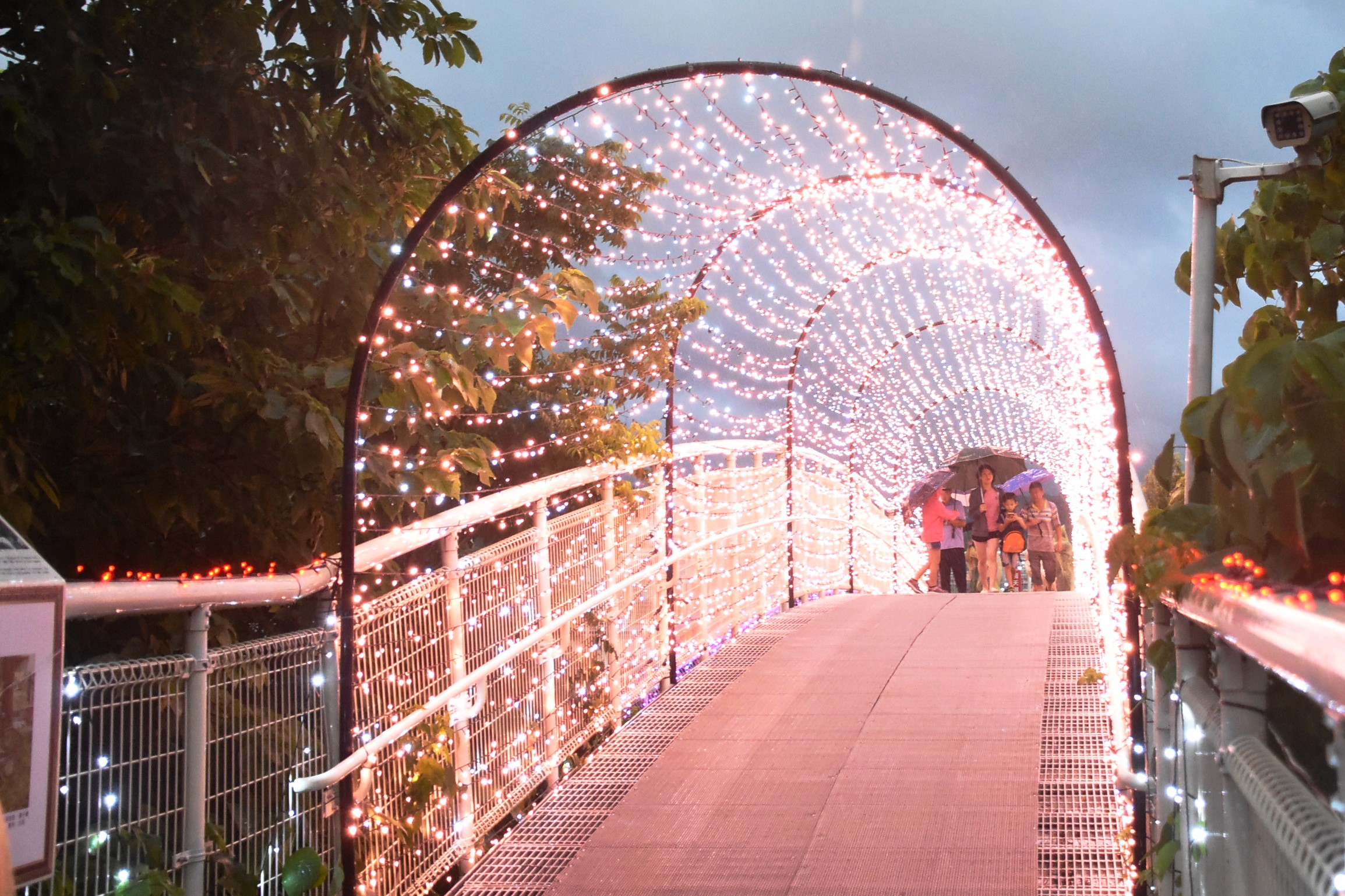 八卦山天空步道因應七夕情人節將至,以燈飾造景點綴天空步道。圖/彰化縣政府