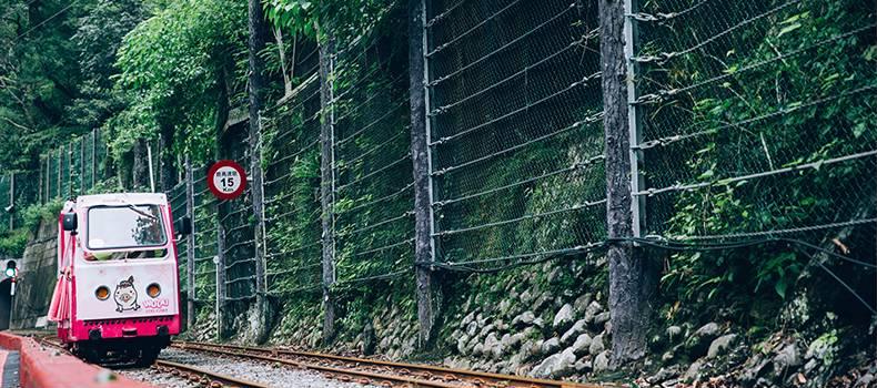 烏來台車轉型成為載送觀光客的動力台車,自烏來台車站到終點瀑布站約1.5公里。圖/新北市觀光旅遊網