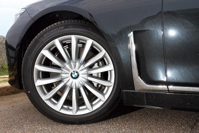 輪胎尺寸245/45 R19,型式為V輻式620。 版權所有/汽車視界