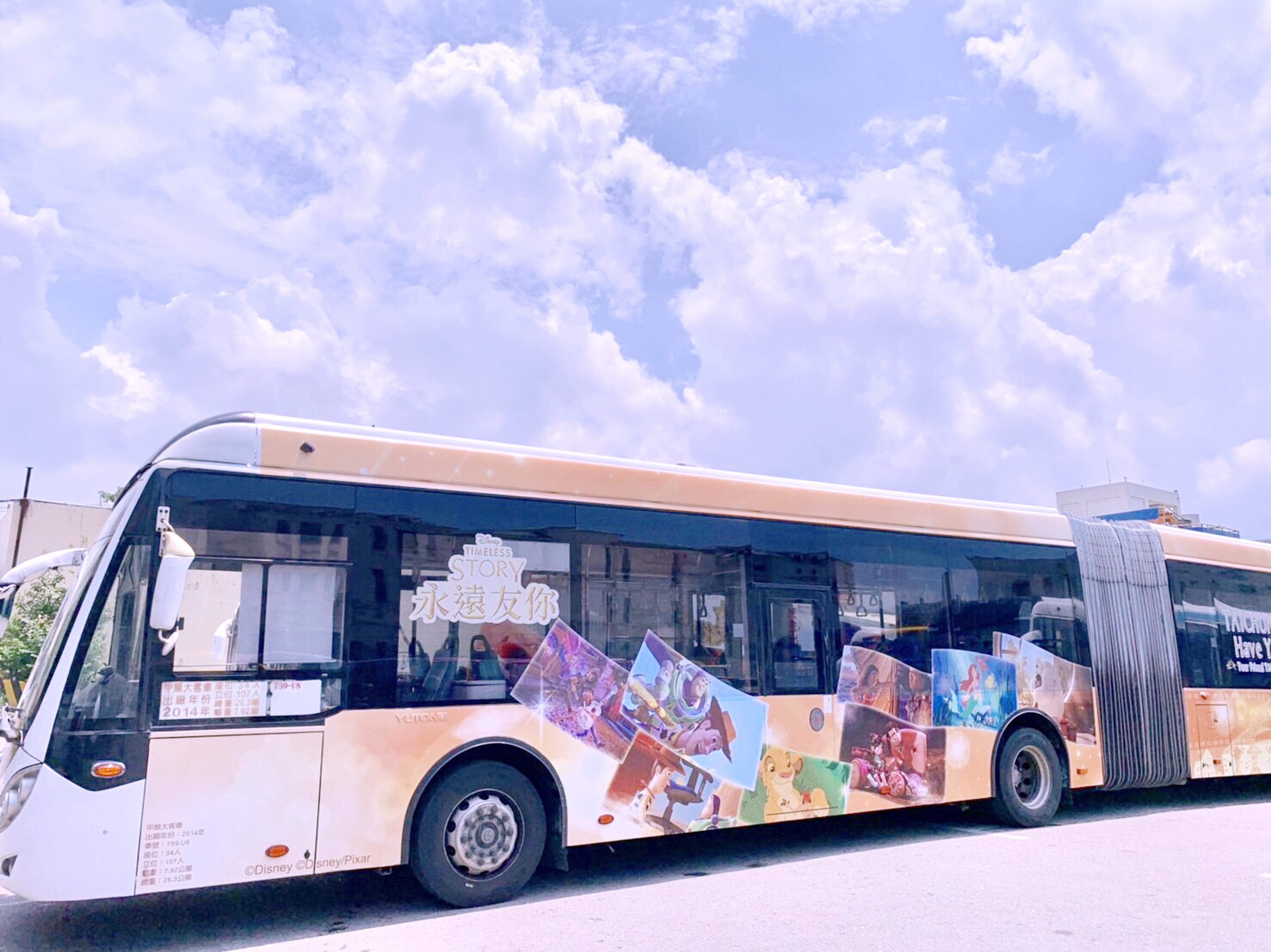 台中市政府與迪士尼公司合作,推出全國獨家首輛雙節彩繪公車。(圖/台中市政府)