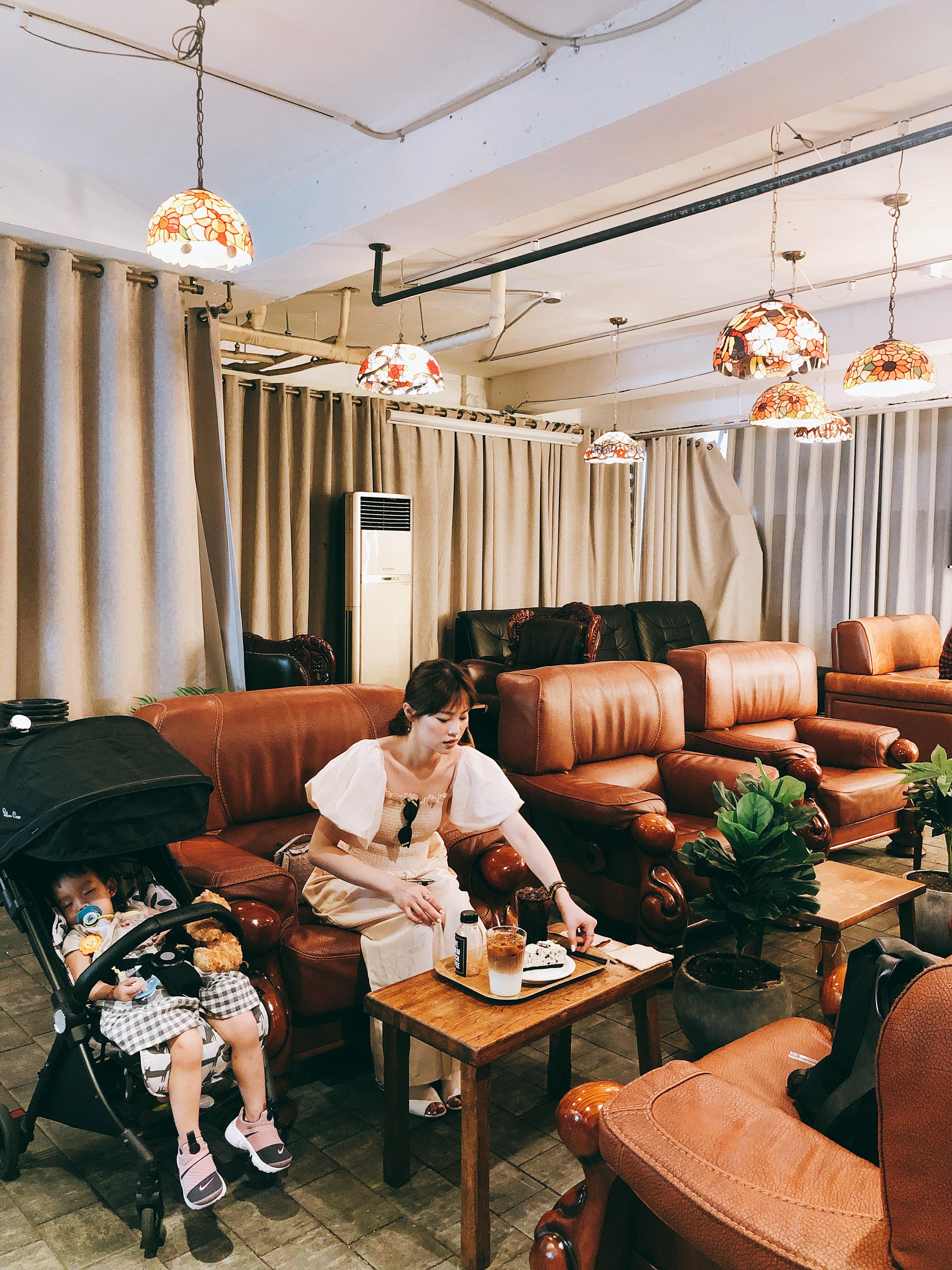 ▲若女兒半路想睡覺,陳欣欣和先生就會就找一家咖啡廳讓她在娃娃車上睡一下。