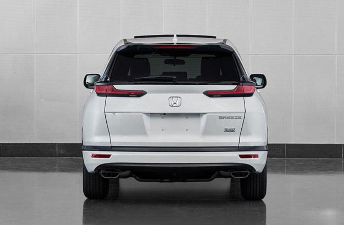 車尾採用雙出排氣管,LED 尾燈與 BMW 新生代車款相似,在視覺上有加分之功效。