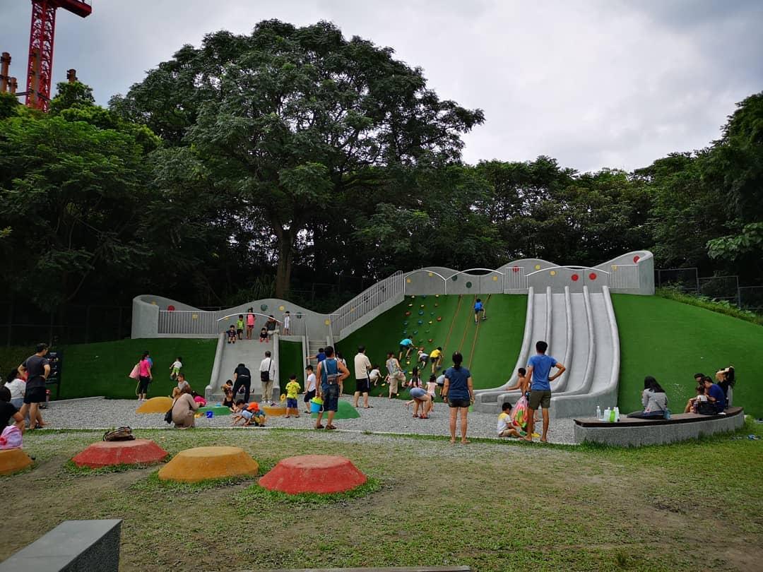 小山坡草皮上的挑戰體能遊具,是孩子們的玩樂天堂!