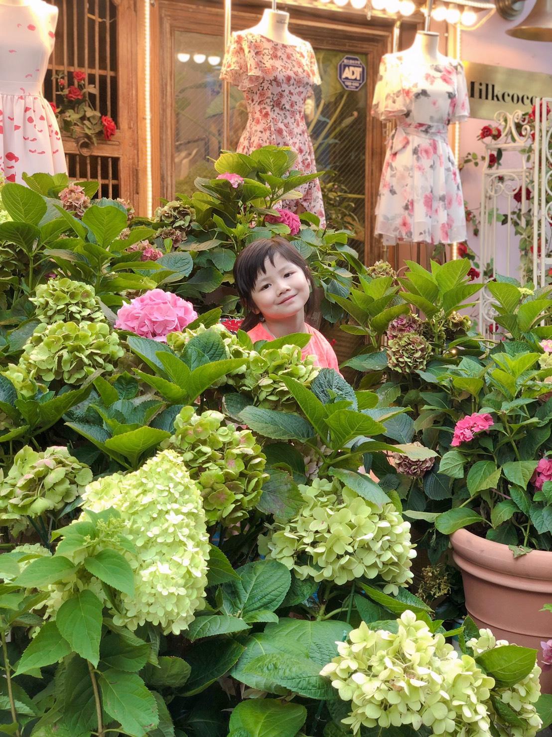 ▲Nico品筠&Kim京燁8年前跟團路過時曾是一家咖啡廳,現在卻變成一家花店。