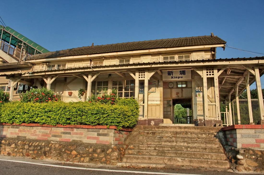 新埔車站顯得斑駁滄桑,卻洋溢懷舊復古風華。圖/Yahoo奇摩旅遊綜合報導