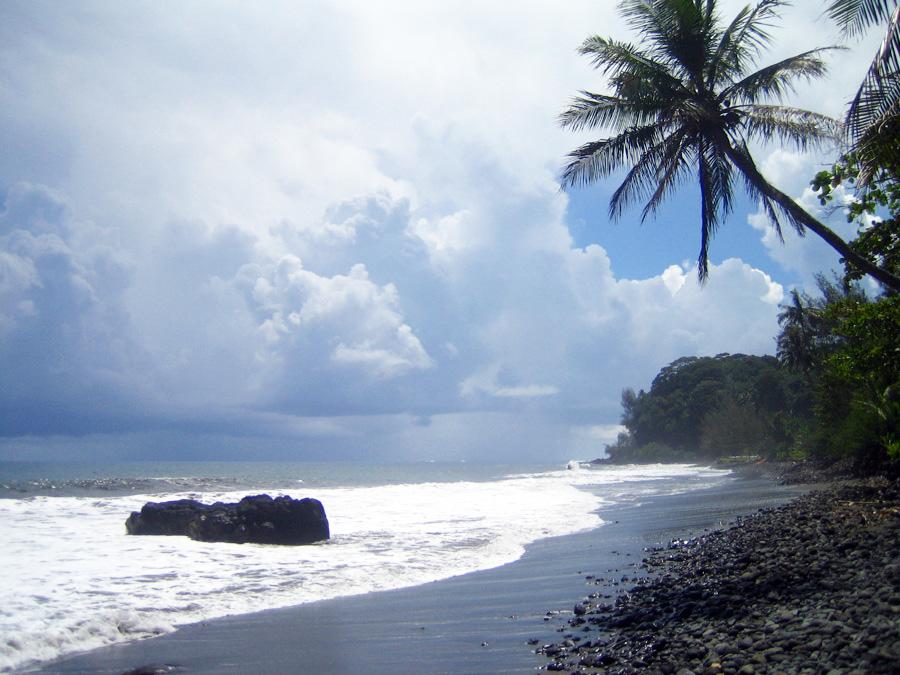 大溪地 (Photo by fr:Utilisateur:FRED, License: CC BY-SA 3.0, 圖片來源fr.wikipedia.org/wiki/Fichier:Plage.sable.noir.Tahiti.JPG)