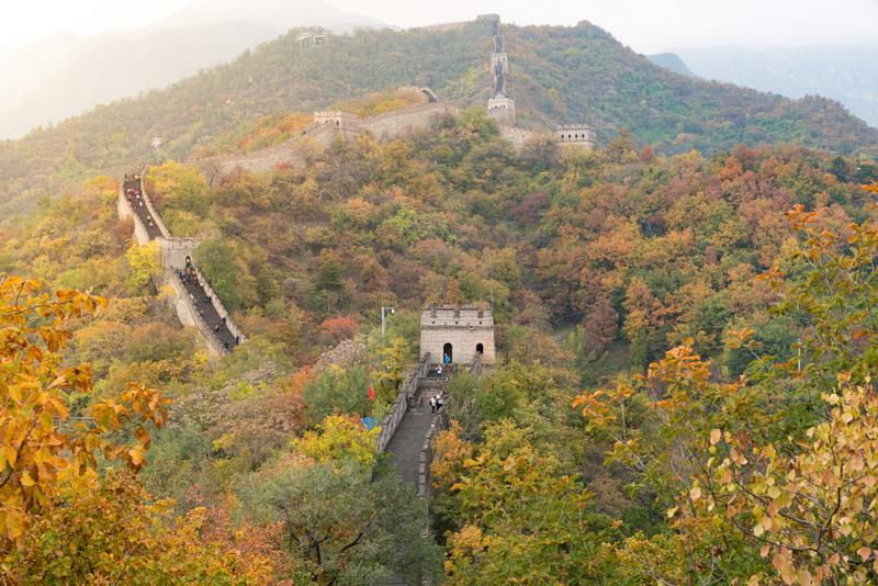 圖/北京慕田峪長城,從高處鳥瞰城闕風光和點點秋色,頓生歲月靜好之感。