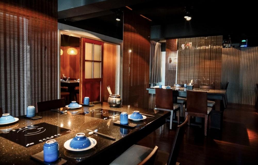 以大量木質傢具和帷幕,營造隱密性的用餐空間。