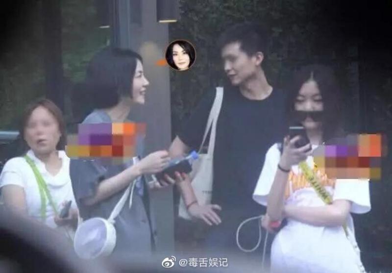 王菲近日被拍到與女兒李嫣一起上街。(截自微博)