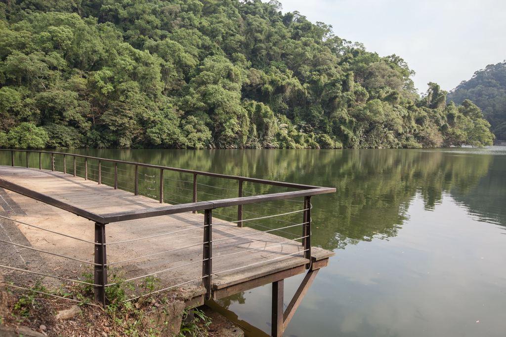 後慈湖青翠山色倒映於湖水 (圖片來源:桃園觀光導覽網)