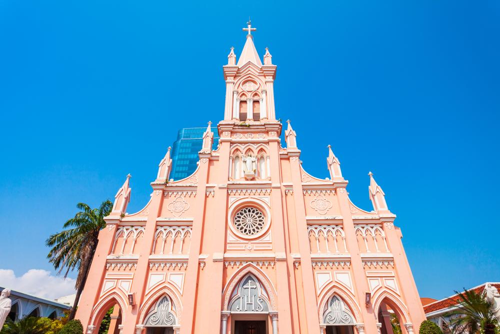 圖/珊瑚粉的「粉紅大教堂」,是峴港最亮眼的天主教堂,遠拍或近拍都超夢幻!