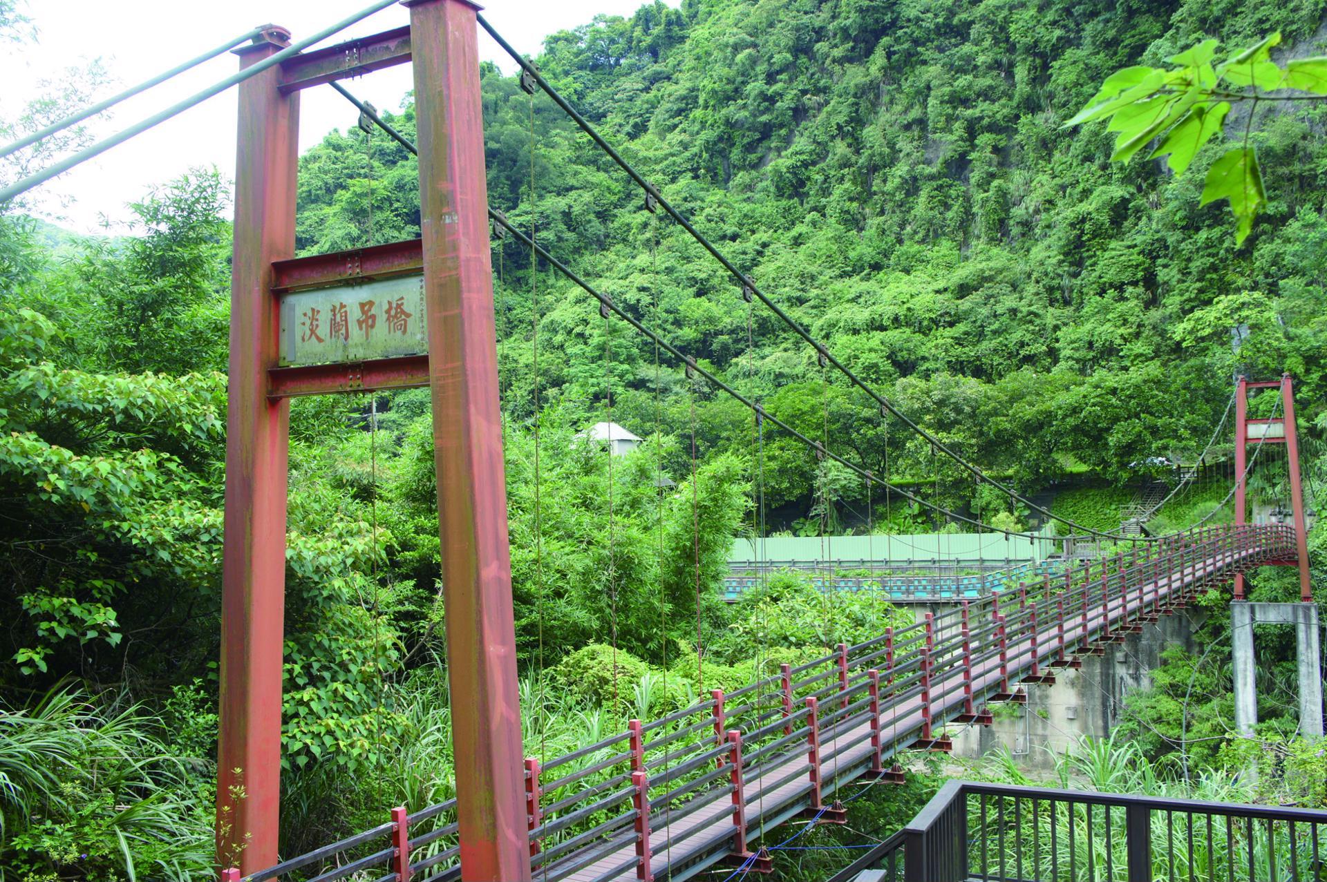 淡蘭古道紅色橋身佇立於清幽蓊鬱的山林間,十分顯眼。圖/新北市觀光旅遊網