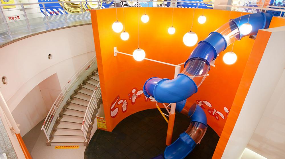 台電南部展示館以核能反應爐為雛型,打造大型溜滑梯。圖/台電南部展示館官網