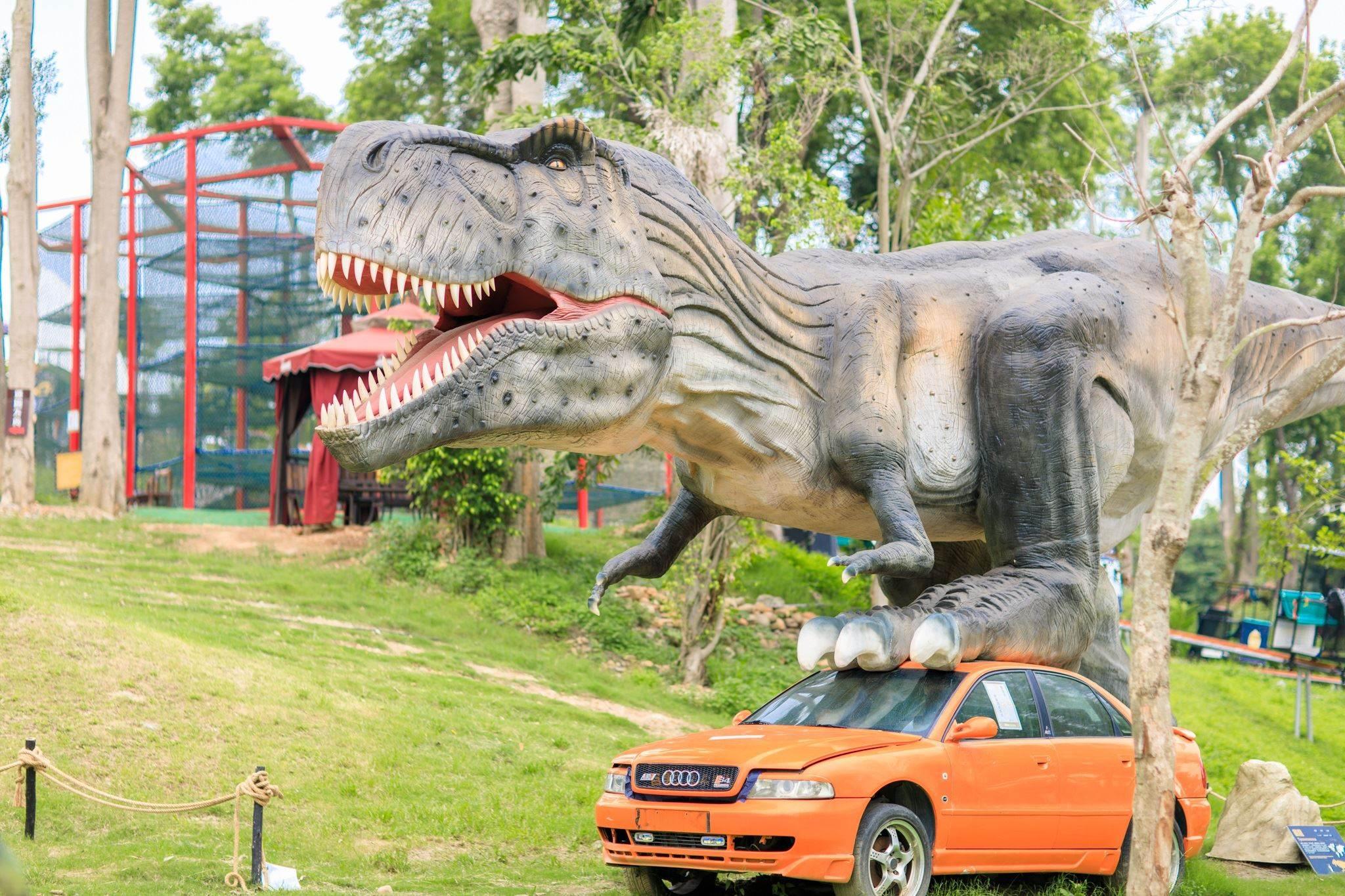 逗趣又逼真的恐龍雕像,吸引各年齡層的恐龍迷爭相搶拍。圖/彰化旅遊資訊網