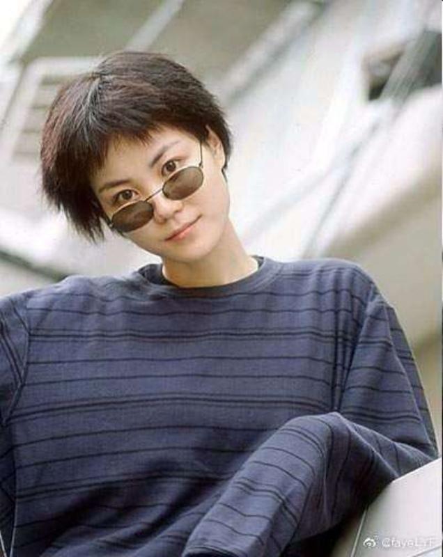 網友起底舊照發現王菲多年前就已經是同一個眼鏡戴法。(截自微博)