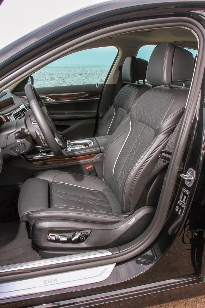 雙前座具備電動調整與記憶功能,採Nappa菱格紋縫線。 版權所有/汽車視界