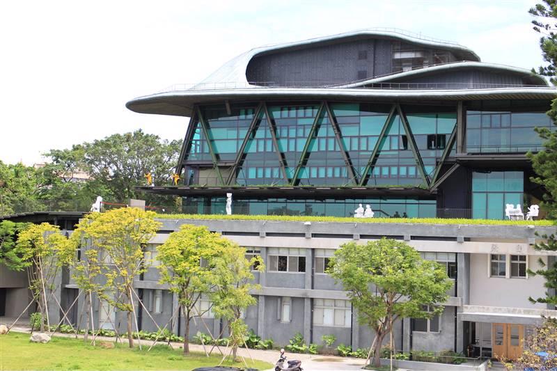 雲門劇場創造和諧充沛綠意,居高臨下,遠眺觀音山與淡水出海口。圖/新北市觀光旅遊網