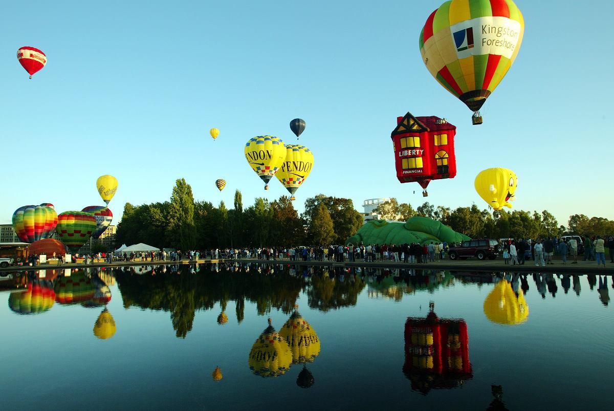 倒映在水面上的熱氣球 (圖片來源:https://balloonaloftcanberra.com.au)