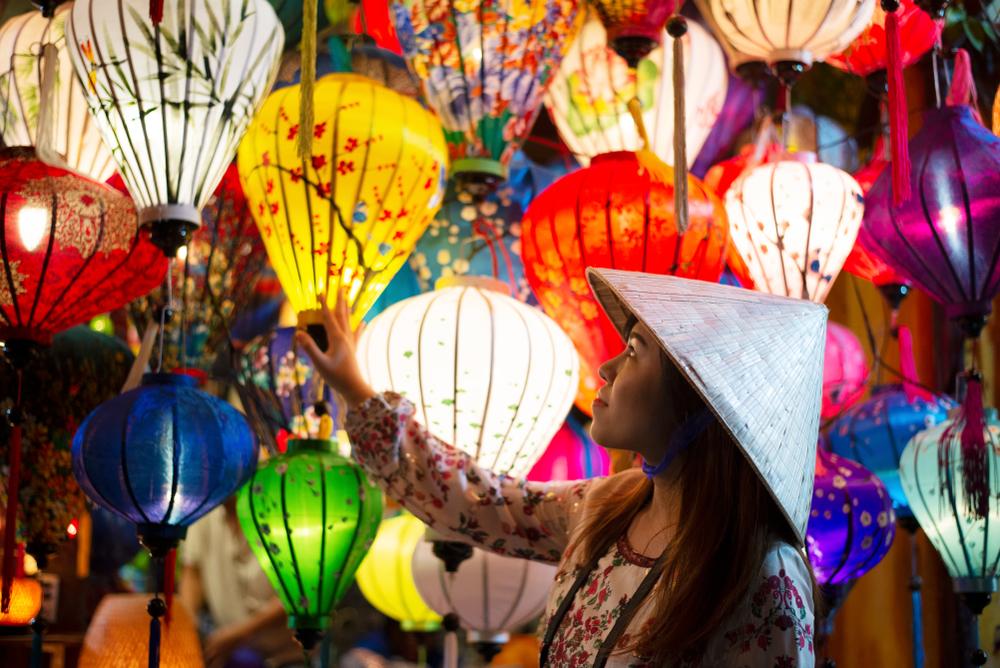 圖/時間彷彿凝結於「會安古鎮」,昔日的璀璨風華,因著繽紛的燈籠更加閃耀!