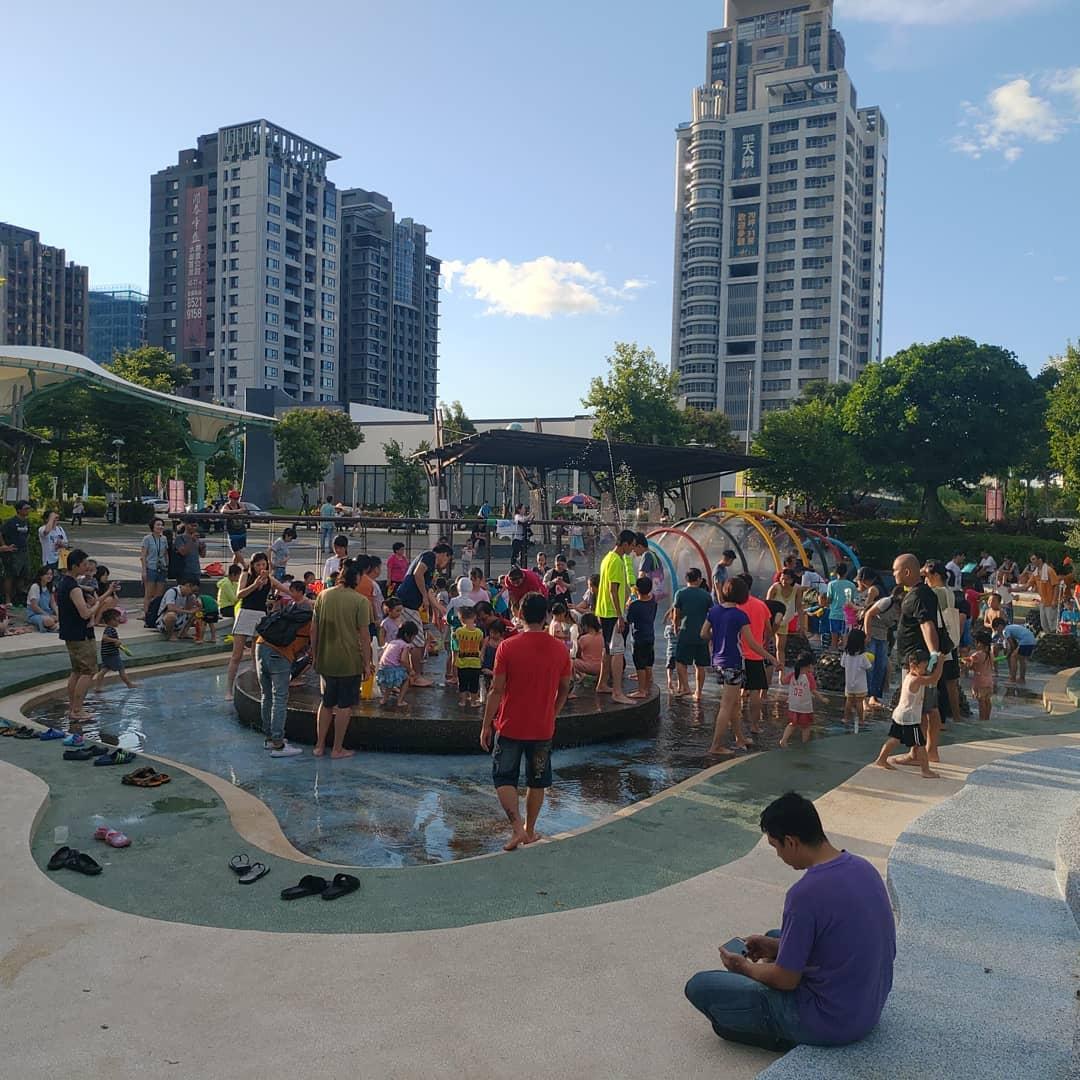 生態公園的戲水池,在週末塞滿了玩水人潮。