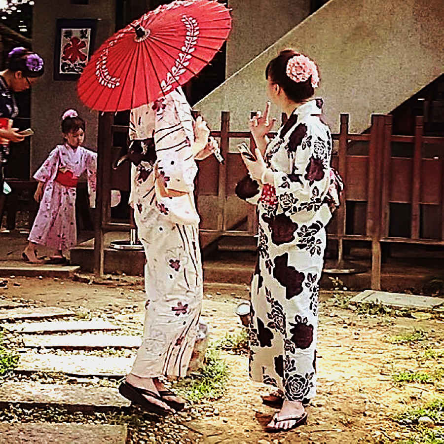 漫步在盛夏日和的日式庭園裡,在靜謐恬適的大和建築中,身著日本浴衣的傳統裝扮 (圖片來源:新北市立淡水古蹟博物館)