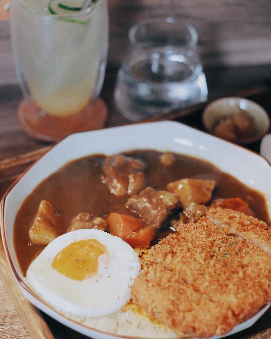 炸得香酥的豬排,搭配富士自製咖哩和荷包蛋,實在享受!
