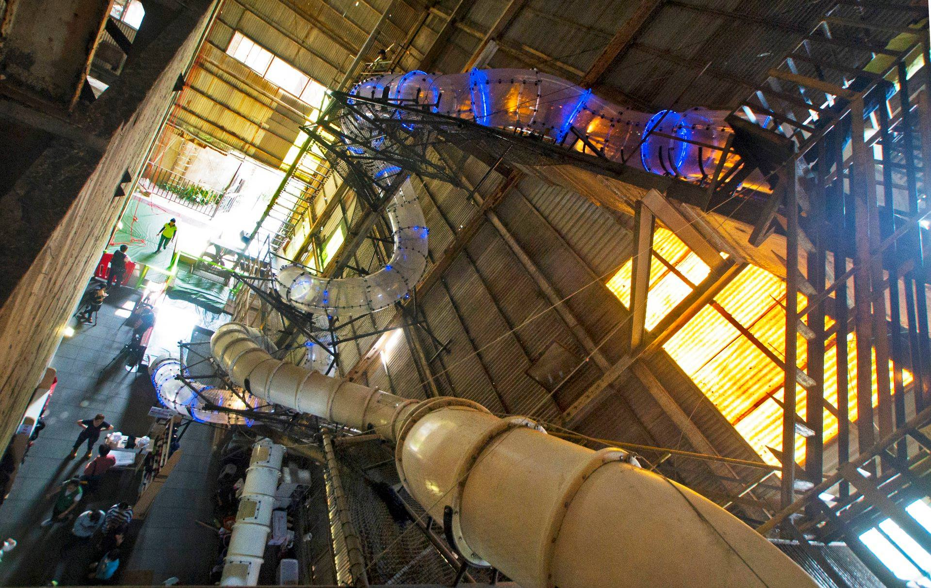 台南十鼓文創園區必玩的半透明煙囪滑梯,由蔗糖渣儲存室改造而成。圖/十鼓文創園區臉書粉絲專頁