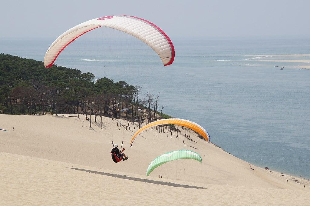 皮拉沙丘 (Photo by Dennis Buntrock, License: CC0, 圖片來源pixabay.com/photos/paragliding-mountain-paraglider-854678)