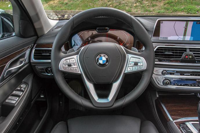 採跑車多功能真皮方向盤,含有換檔撥片。 版權所有/汽車視界
