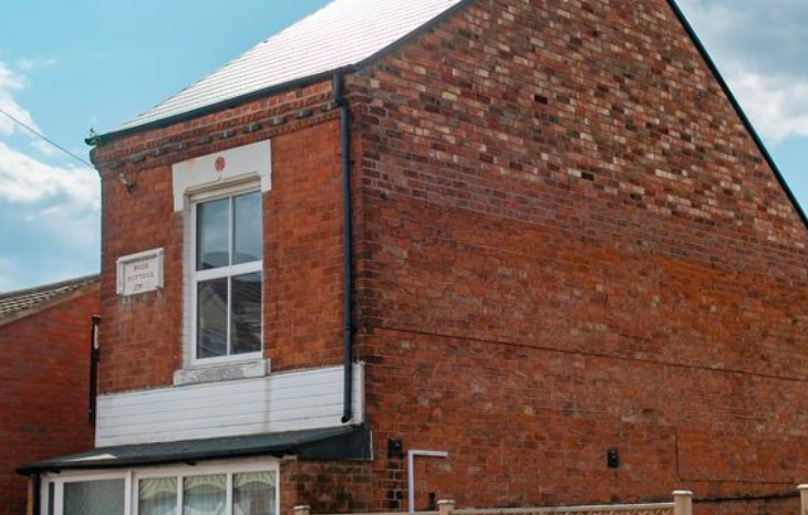The house in Leicester has just one upstairs window. (SWNS)