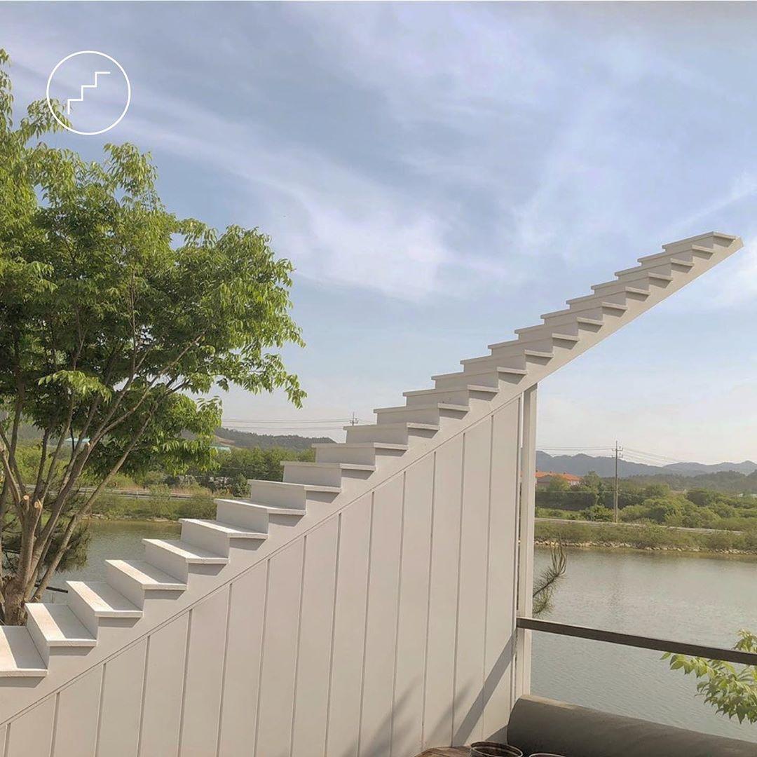 湖畔中庭的白色階梯 (圖片來源:instagram@cafe_cielo957)