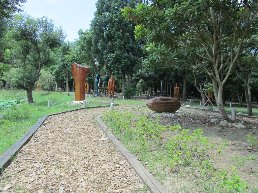 東勢林業文化園區沿著環湖步道行走,可以欣賞各形各色的戶外木雕工藝品。圖/台中觀光旅遊網