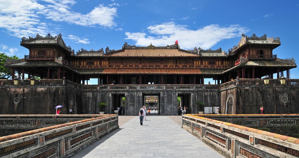 圖/以中國紫禁城為範本的順化皇城,為越南現存規模最大的古建築群,氣勢磅礡的遺跡,裡頭擺放著精緻的陶瓷裝飾!