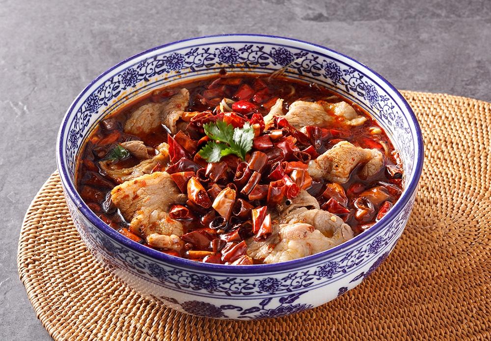 紅辣辣的招牌水煮牛肉,是川菜的經典品項!