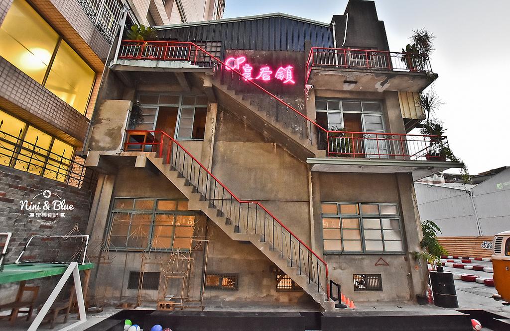 CP皇后鎮水泥外觀,搭配紅黑交錯的欄杆、木窗與霓虹燈,飄散懷舊復古氛圍。圖/駐站達人-NINI AND BLUE玩樂食記