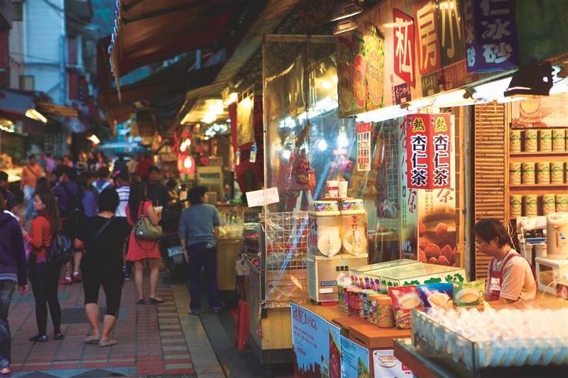 烏來老街是原住民特色美食集散地,人聲鼎沸,溫泉旅社林立。圖/新北市觀光旅遊網