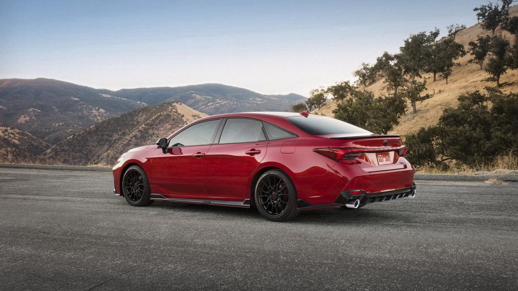 圖/Toyota Avalon TRD採用19英寸輪胎,且可明顯感受到更低的底盤,各細節皆散發出強烈跑格。