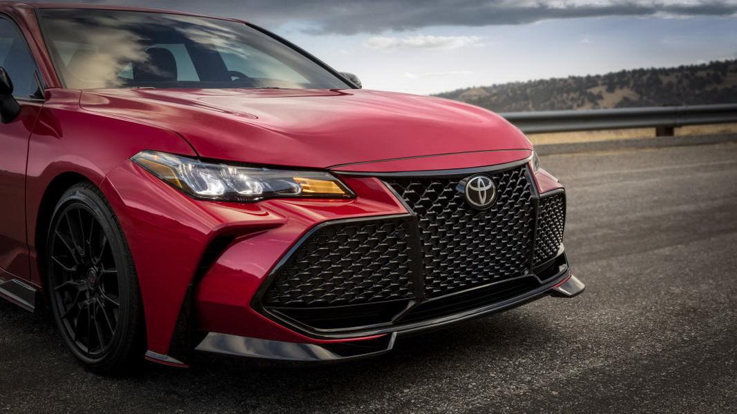 圖/Toyota Avalon TRD正前方採用三段式格柵,充滿光澤感的黑色設計兼具個性與動感。