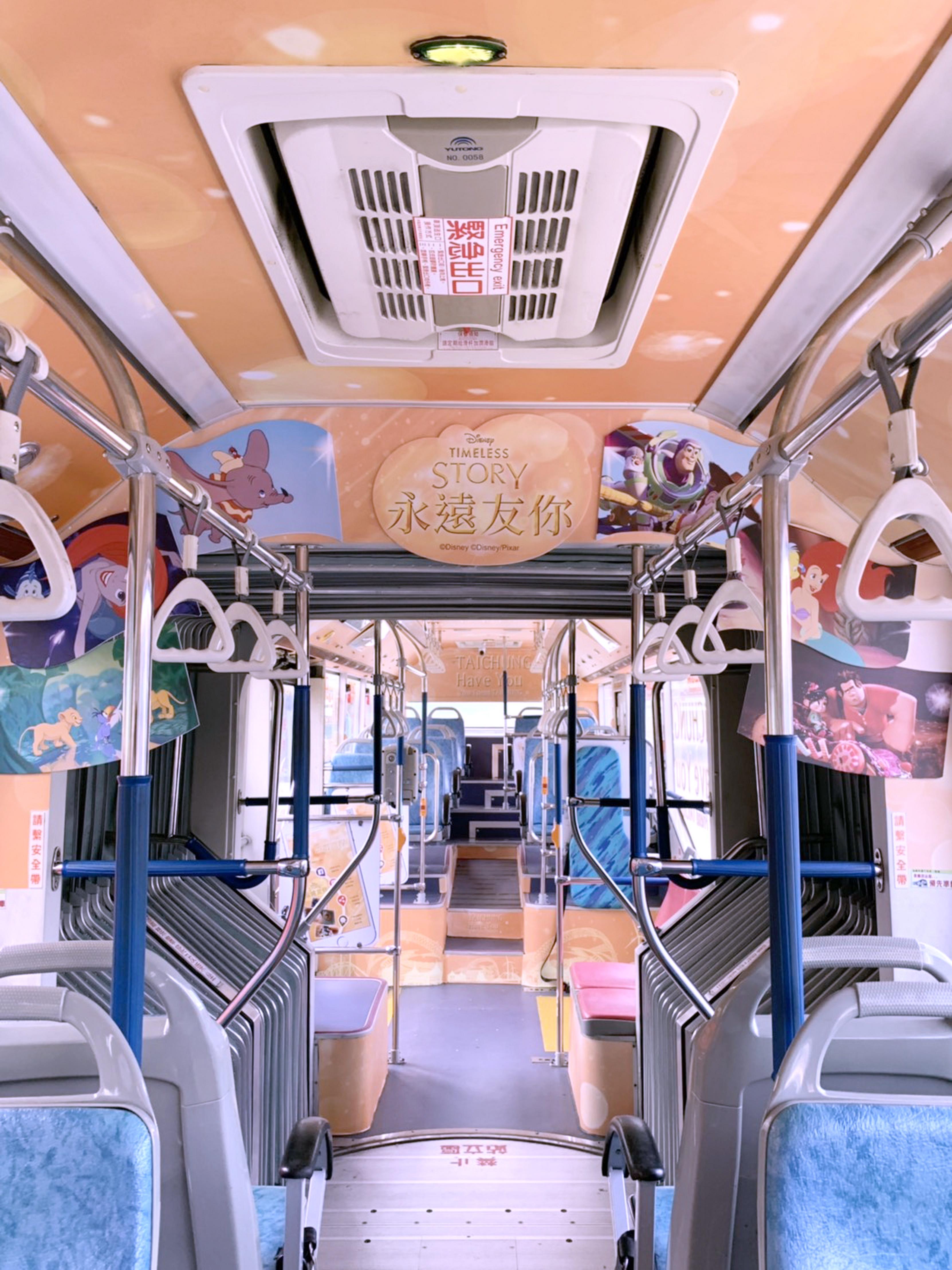 公車連內裝都能看見迪士尼卡通人物的身影。