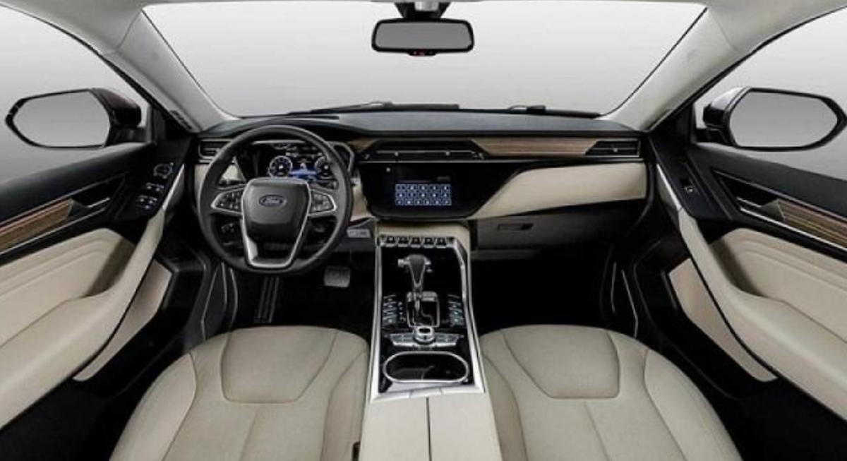 車室設計相當獨特,排檔桿與空調介面都與現行福特旗下車款有很大的不同。