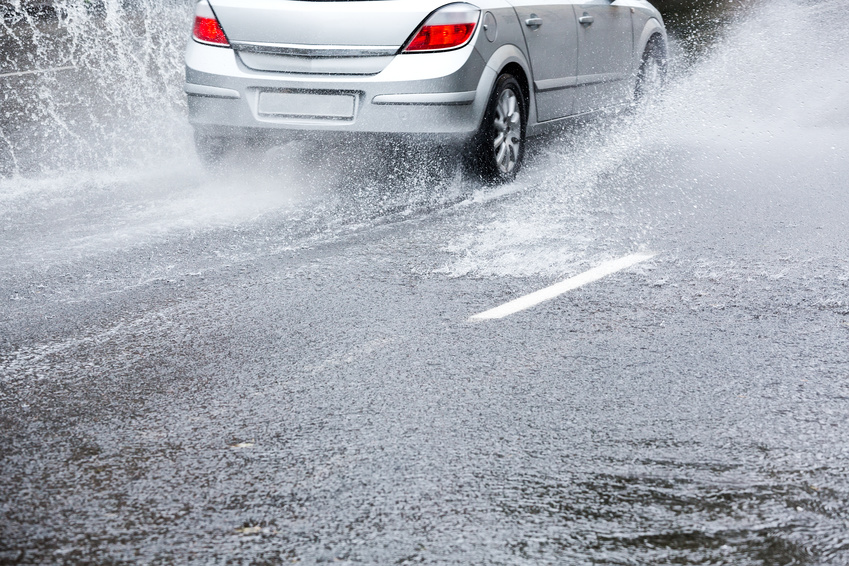 Car on very wet r暴雨來襲 8個你一定要知道的開車眉角oad