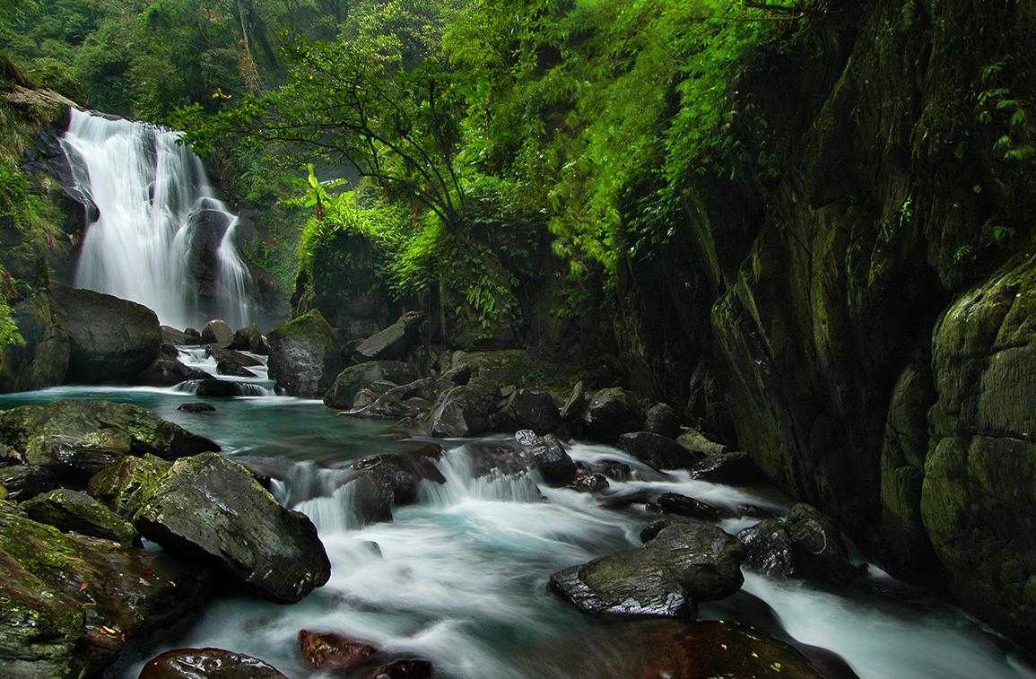 烏來山巒高聳險峻,溪流依山勢蜿蜒流過,形成宏偉壯麗的山水風光。圖/觀光局