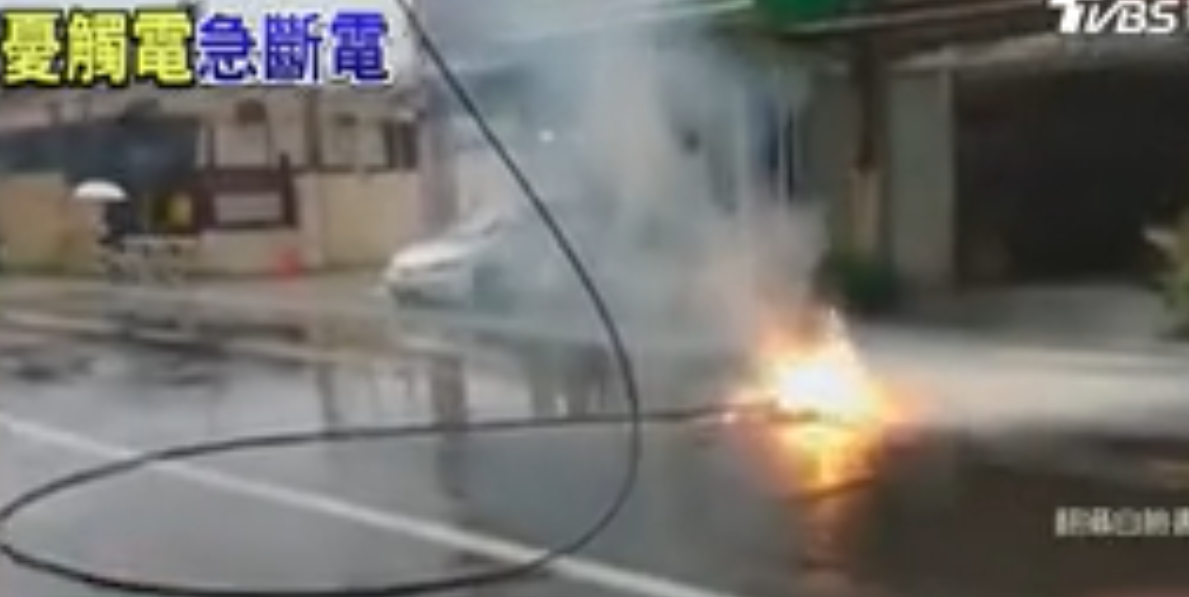 驚險! 雷擊斷高壓電線 掉落馬路燒成火球