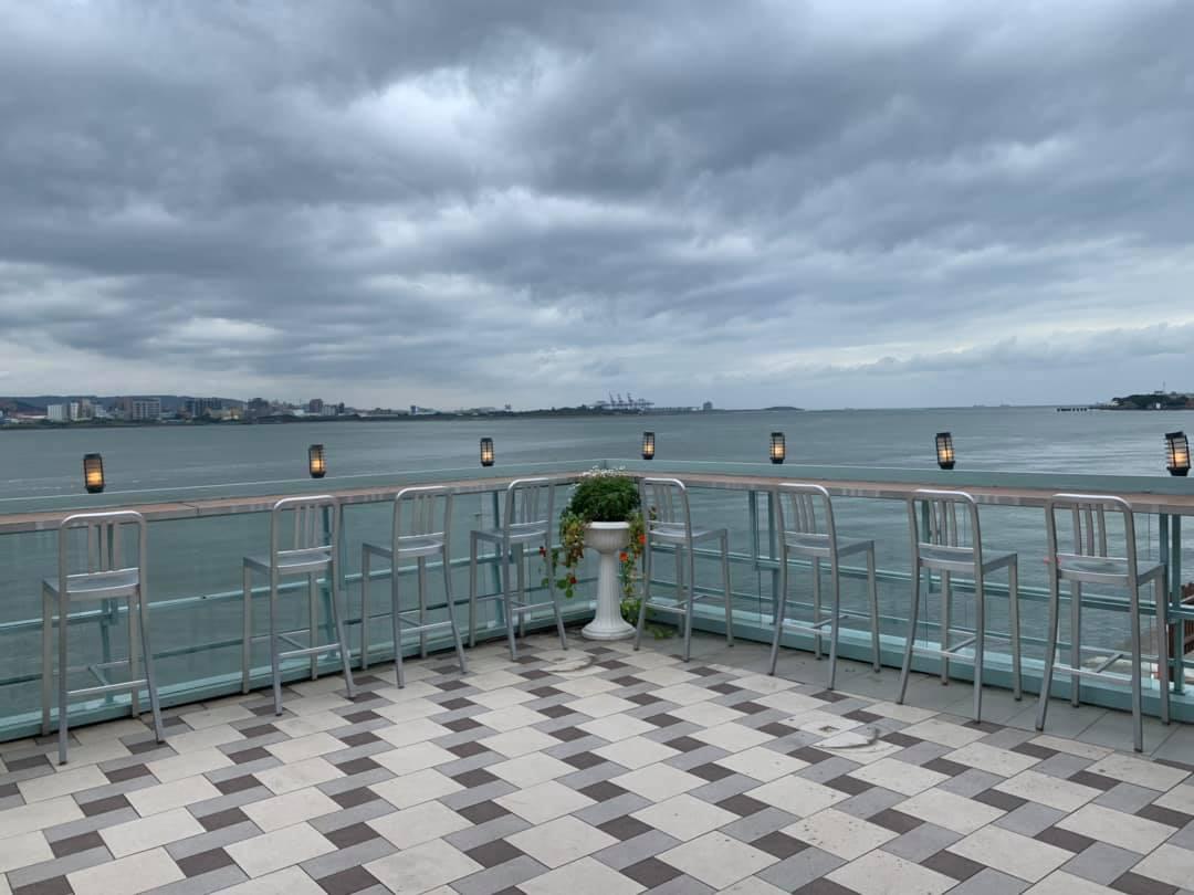 長堤咖啡二樓有露天座位區,特別設計透明玻璃吧台。圖/長堤咖啡臉書粉絲專頁