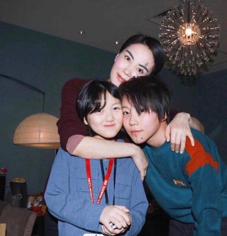 王菲育有兩女竇靖童與李嫣,兩人風格大不相同。(截自竇靖童IG)