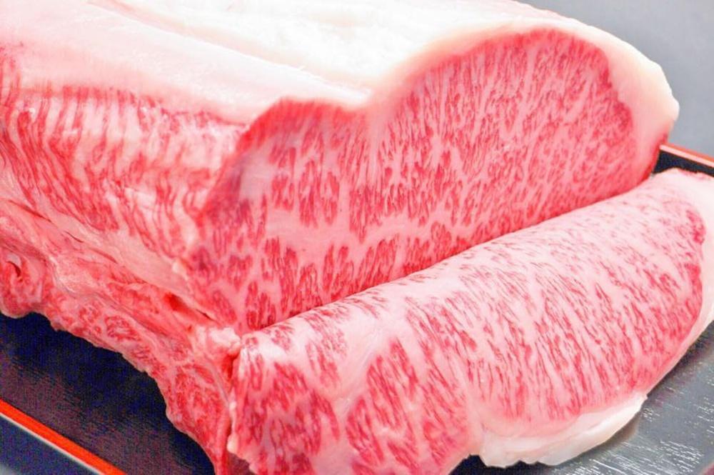 冷藏肉相較冷凍肉品,肉質更具彈性,肉汁也更加飽滿。