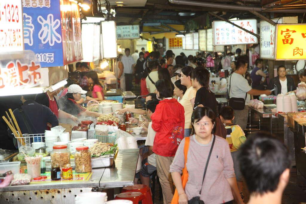 景美夜市匯集數百家攤販,是附近居民與學生覓食的好地方。圖/台北旅遊網