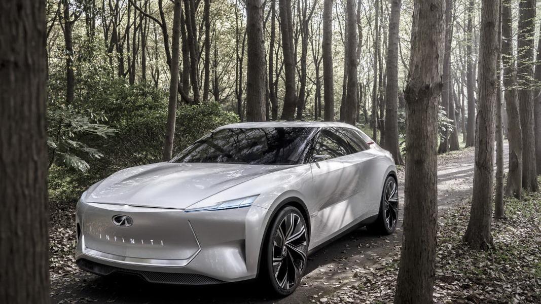 圖/影片最後,從附近車庫裡開出真正的Infiniti Qs Inspiration Concept概念車,官方表示將進行量產,但詳細日期尚未確定。