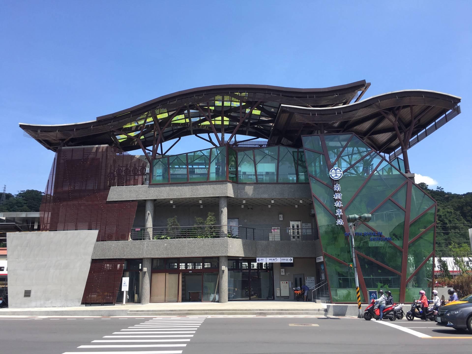 南樹林車站充滿樹林意象,綠色玻璃帷幕嵌入樹木造型鋼骨,顯得活潑生動。圖/新北市觀光旅遊網