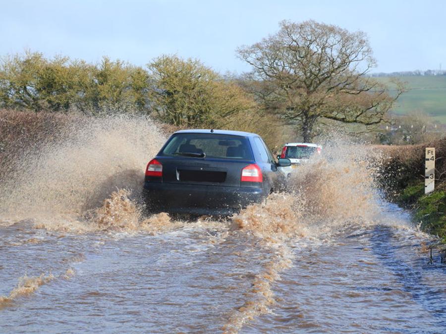 積水路面須小心通過 淹水路面不可強行通過